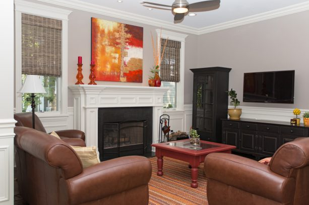 a craftsman living room with small crown molding to pair the crown-style window trim